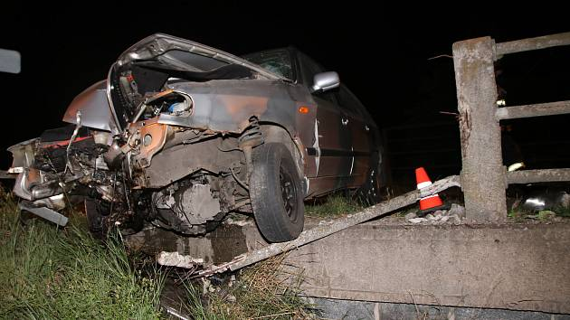 Opilý řidič naboural v Pravčicích do mostu.