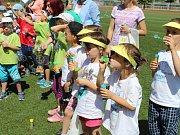 Školní hřiště v Kroměříži zaplavily stovky bublin