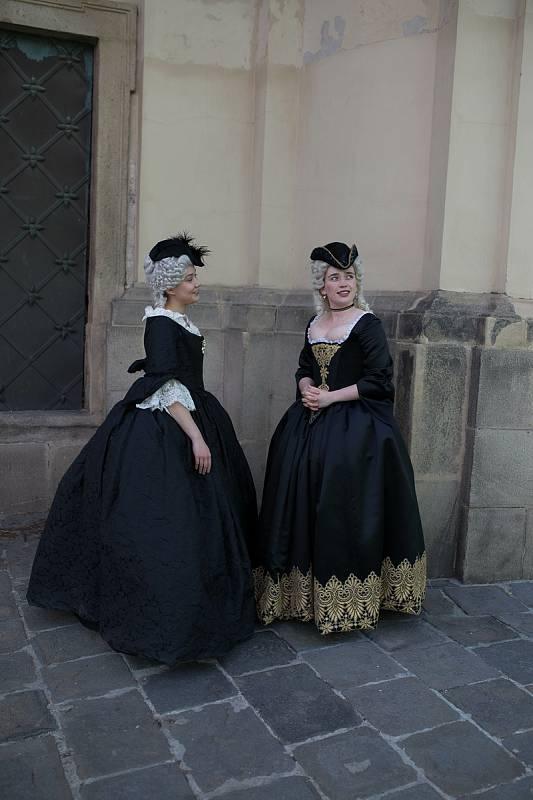 Herečky Sabina Rojková (vlevo) a Alžběta Malá (vpravo) na natáčení filmové minisérie Marie Terezie.