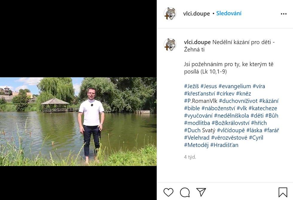 Na propagaci videí používá i Instagram, kde se musel naučit s #hashtagy.
