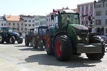 Na Velkém náměstí v Kroměříži se ve středu 23. května sjeli zemědělci z regionu v rámci protestní akce, která měla upozornit na nedostatečnou podporu ze strany české vlády. K vidění tak bylo přibližně patnáct traktorů, které přijely po předem vytyčených t