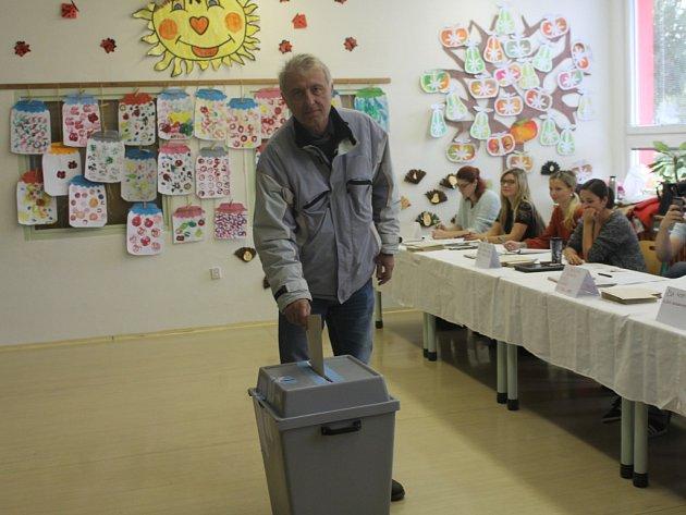 Kurně na základní škole Zachar vKroměříži se krátce po otevření pátečních volebních místností dostavil ijeden zkandidátů na senátora Jan Hašek.