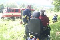 Hodně nepřijemné chvíle prožila v pondělí žena, kterou kolem půl druhé odpoledne uvěznil vlastní převrácený invalidní vozík. Na pomoc jí dokonce museli vyrazit hasiči, z celé události naštěstí vyvázla bez zranění.