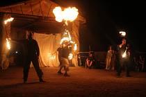 V rámci letošní Hradozámecké noci čekala sobotní návštěvníky Cimburku noční prohlídka hradu i ohnivá show. Tu divákům předvedla brněnská skupina In Taberna, která na nádvoří sklidila nadšený potlesk.
