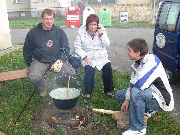 Mistrovství Vážan ve vaření kotlíkového guláše se uskutečnilo v sobotu 20. 10. v prostoru před hospodou U Klimešů. Devět týmů soupeřilo o titul mistra, každý z nich vařil z jiného masa.