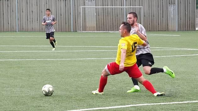 Fotbalisté Kroměříže (ve žlutých dresech) v pátečním přípravném zápase prohráli v Hodoníně 1:3.