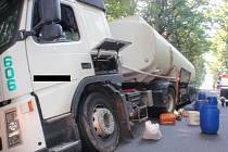 Z cisterny uniklo při nehodě sto litrů nafty