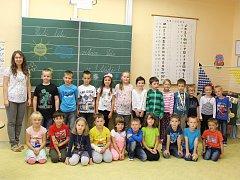 Třída prvňáčků ze základní školy v Kvasicích s paní učitelkou Mgr. Miluší Hradečnou