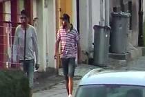 Muže na snímcích hledá policie