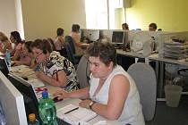 V chráněné dílně EMEA v Hulíně pracují lidé se změněnou pracovní schopností.