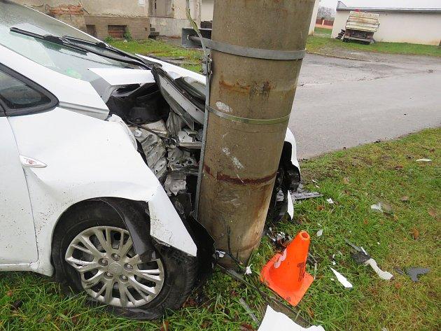 Mladý řidič v Lutopecnách boural podle policistů proto, že se nevěnoval řízení. Z nehody však vyvázl bez zranění.