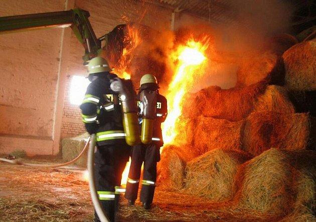 Požár ve velkokapacitním seníku v Holešově