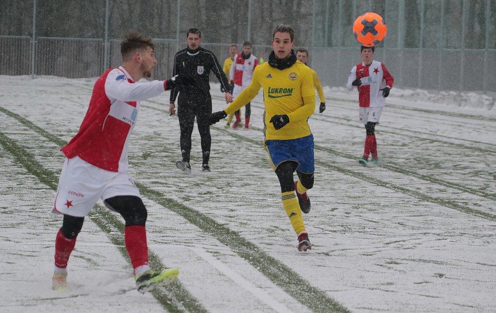 Fotbalisté třetiligové Kroměříže (červenobílé dresy) v přípravě s juniorkou Zlína