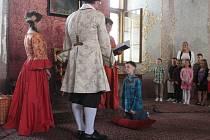 Knihovník kroměřížského Arcibiskupského zámku ve čtvrtek pasoval prvňáčky na čtenáře knihovny.