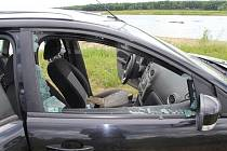 Zloděj nedaleko Hulína vykradl auto pomocí rozbitého okna, dvojice mužů přišla o doklady, peníze a mobilní telefon.