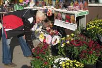 Dušičkové věnce, květinové vazby nebo kvítka v květináčích: přesně takový sortiment už nabízejí květinářství na Kroměřížsku. Blíží se totiž Památka zesnulých.