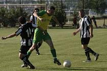 Fotbalisté Břestu (v pruhovaném) doma nepovolili hráčům Zahnašovic ani jeden gól.