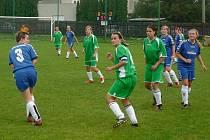 Fotbalistky Holešova (v modrém)