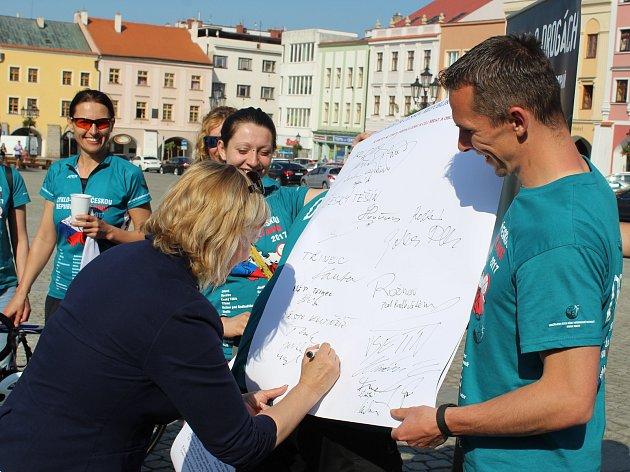 Dobrovolníci z občanského hnutí Řekni ne drogám - řekni ano životu, dorazili v úterý odpoledne také do Kroměříže, kde je přivítali zástupci tamní radnice.