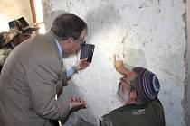 Izraelský velvyslanec byl při slavnostním odhalení židovského nápisu v kurovické tvrzi .