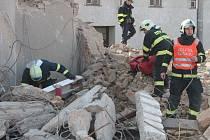 Jednotky profesionálních hasičů změřili své síly na zdemolované radnici.Tématem byla záchrana zasypaných osob.