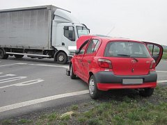 Nehodu, při níž se srazilo osobní auto s nákladním, museli v úterý 12. dubna odpoledne řešit policisté a hasiči na obchvatu Holešova.