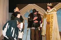 Na hrad Karlštejn nesmí žádná žena, přesto se zamilované císařovně Elišce Pomořanské a neteři purkrabího Aleně podařilo přes přísný královský zákaz strávit na hradě jednu noc v přestrojení.