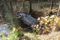 Auto z potoka dostal u Brusného jeřáb