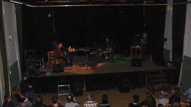 Pražská kapela Psí vojáci vystoupila v úterý večer v kroměřížském Klubu Starý pivovar. Plný sál fanoušků vyslechl všechny známé písně kapely.