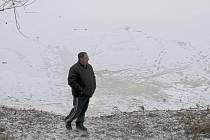 Tloušťka ledu na kroměřížském rybníce Bagrák není na všech místech stejná. Odborníci proto v těchto dnech nedoporučují vstup na jakoukoliv zamrzlou vodní plochu.
