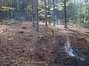 Nedohašená ohniště nedaleko Chvalčova se mohla bez zásahu hasičů znovu rozhořet a způsobit tak požár.