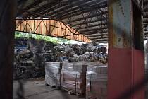 MÍSTO CIHEL PLAST. Přístřešek, pod kterým se dříve sušily cihly z místní vyhlášené cihelny, nyní zeje prázdnotou. Jen v jeho samém kraji se krčí 40 tun navezeného nelegálního odpadu.