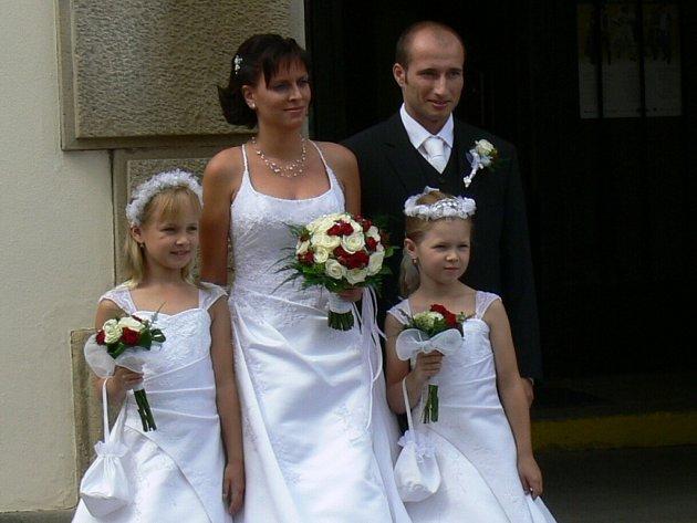 """Jeden ze svatebních párů, který si řekl své """"ano"""" 8. 8. 2008."""