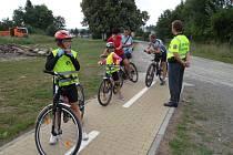 Policisté z Kroměřížska se ve čtvrtek 7. srpna zaměřili na cyklisty. Kontrolu provedli hned na několika místech v regionu, jedním z cílů se stala i cyklostezka v Morkovicích.