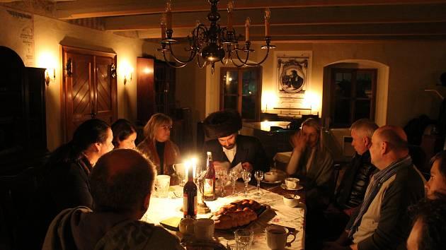 Na šabatu v holešovské Šachově synagoze jsme objevili mnohé židovské tradice: udržování živého světla, šabatové víno i chalu, připomínku božské many.