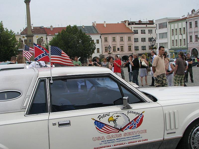 Na Velkém náměstí v Kroměříži byla k vidění zhruba stovka krásných a převážně obrovských vozů americké výroby