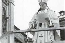 Velehrad 22. dubna 1990 při bohoslužbě před bazilikou. Mši sloužil papež Jan Pavel II.