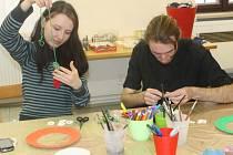 Výroba lapačů snů v Muzeu Kroměřížska