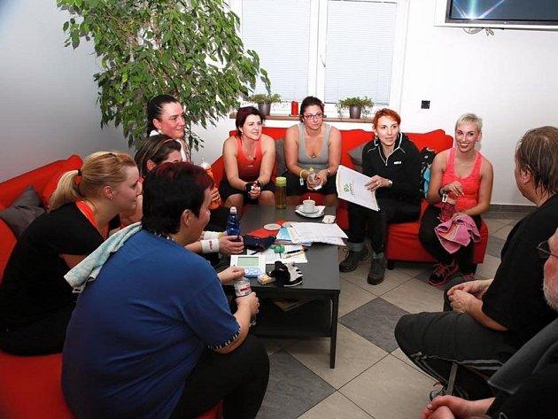 První setkání a také společné cvičení mají za sebou v posledním lednovém týdnu soutěžící v reality show Kroměřížsko hubne, jejímž partnerem je i Kroměřížský deník.