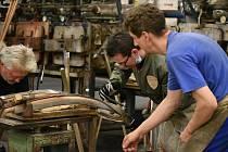 Ohýbárna nábytku.Ohýbání opěradla jedné z nejznámějších a nejžádanějších typů židlí.