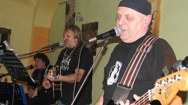 V kroměřížské restauraci Wechův dvůr zahrála v pátek 12. března 2010 hulínská kapela Nebo co.