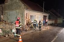 Hasiči stabilizují dům v sousedství stavení zničeného výbuchem v Koryčanech, 16. září 2021