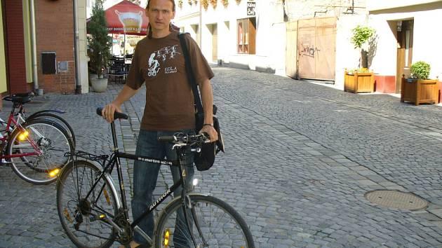 Roman Posolda z Kroměříže společně se svým společníkem založil organizaci Kola pro Afriku. Sbírají darovaná kola, opravují je a posílají dětem do Gambie. Chtějí jim tak usnadnit cestu ke vzdělání.
