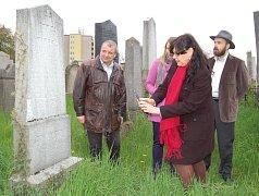 Ministryně práce a sociálních věcí Michaela Marksová navštívila ve čtvrtek 28.4. Holešov: mimo jiné pozdravila obyvatele tamního domova pro seniory a prohlédla si také tamní vzácný židovský hřbitov.