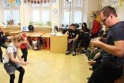 Televizní studio Ostrava České televize přijelo ve čtvrtek 11. ledna natáčet do Kroměříže. Se žáky tamní Základní školy Zámoraví se totiž v rámci jejich pořadu Rytmix rozhodli ztvárnit legendární Beat it od Michaela Jacksona.