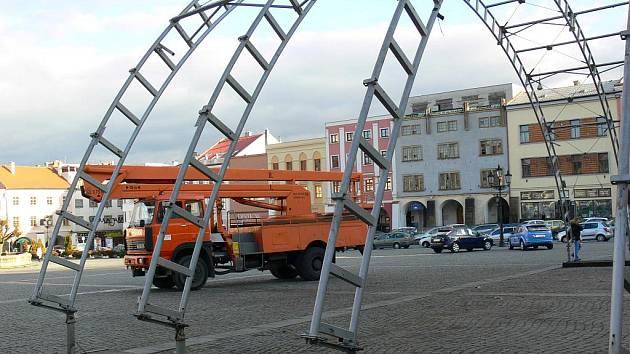 V lednu 2012 rozložili na kroměřížském Velkém náměstí konstrukci pódia.