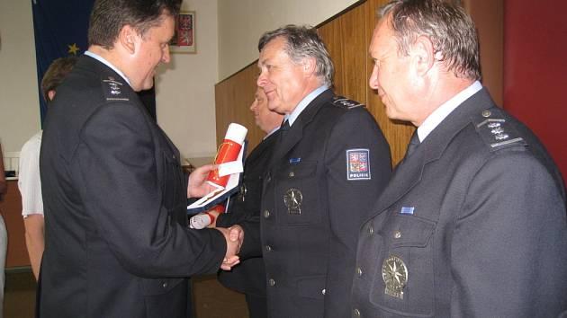 V souvislosti s koncem školního roku a odchodem ředitele holešovské policejní školy bylo oceněno několik zaměstnanců medailemi a plaketami.
