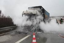 Hořící kamion zablokoval v pondělí odpoledne dopravu na dálnici D1 mezi Kroměříží a Vyškovem.