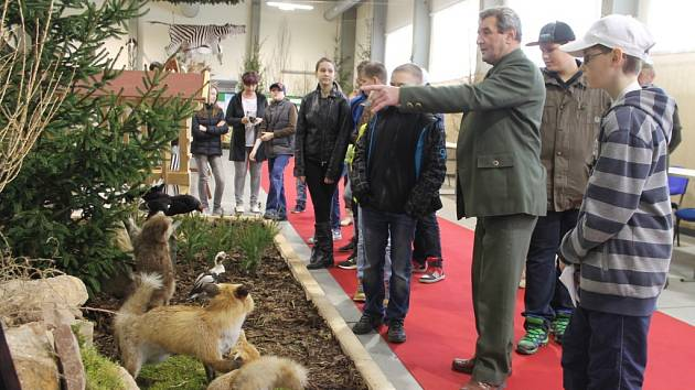Druhý ročník celostátní prodejní výstavy myslivosti, rybářství a včelařství mohli ještě den před otevřením vidět školáci z Kroměřížska.