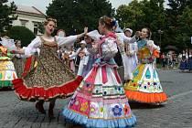 Zahraniční a tuzemské soubory roztančily o víkendu náměstí v Bystřici pod Hostýnem. Od pátku do neděle se tady konal devátý Mezinárodní folklorní festival Na rynku v Bystřici.